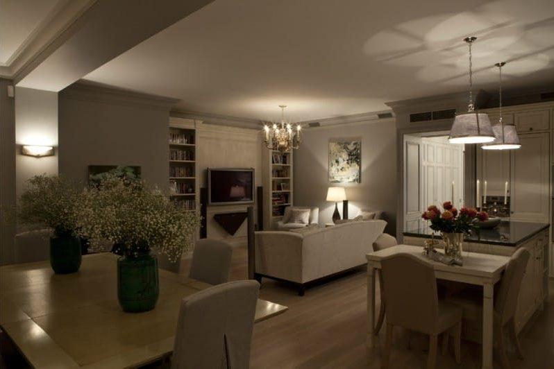 Le plafond à l'intérieur de la cuisine-salon dans un style classique.
