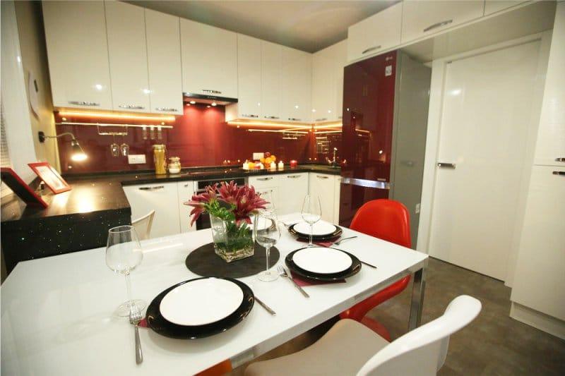 שולחן זכוכית מלבני במטבח