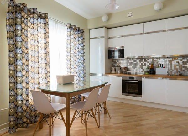 שולחן מלבני עם צד ארוך של הקיר