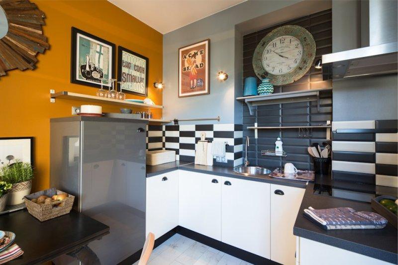 Retro julisteita keittiön sisätiloissa
