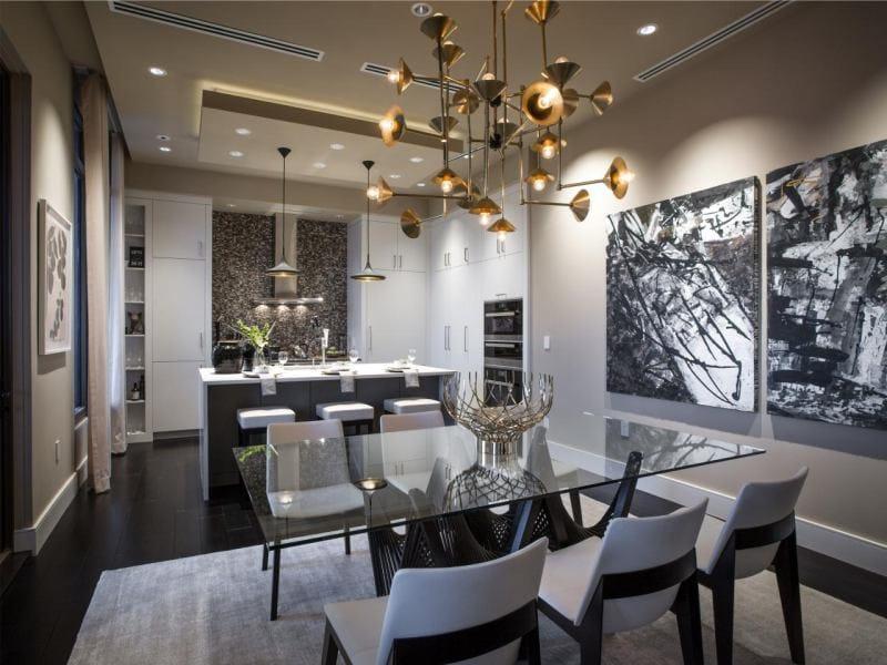 שולחן זכוכית בפנים המטבח בשילוב עם חדר האוכל והסלון