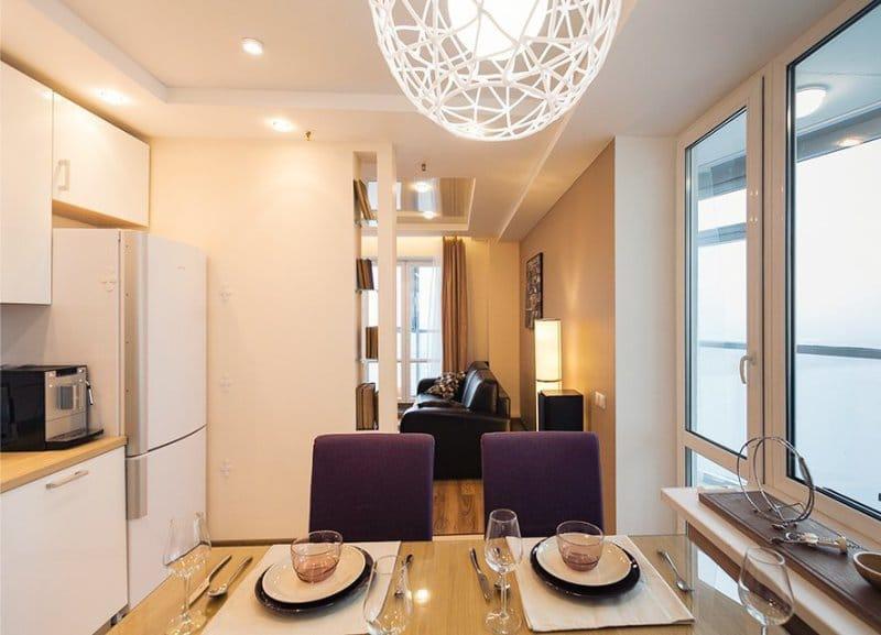 שולחן זכוכית ועץ בפנים המטבח