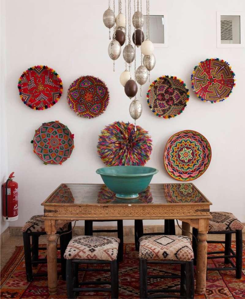 צלחות על קיר המטבח בסגנון מזרחי