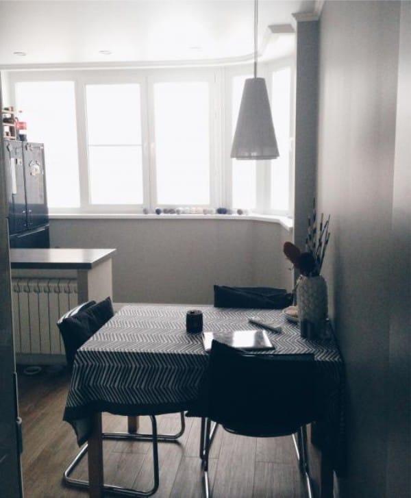 Hűtőszekrény az erkélyen, konyhával kombinálva