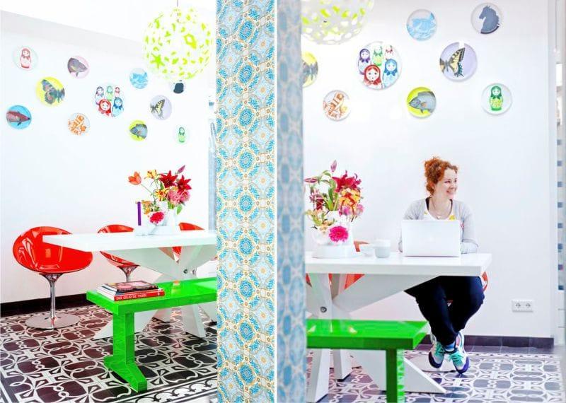 צלחות בהירות על הקיר בתוך המטבח המודרני