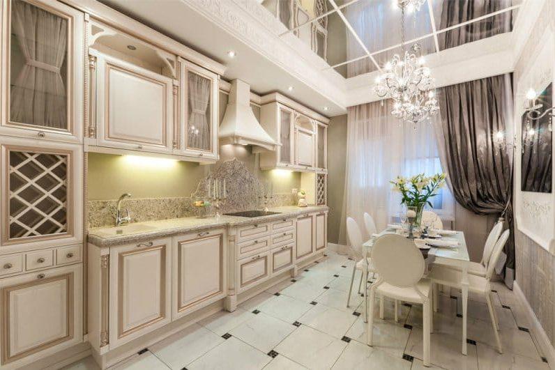 Plafond miroir à l'intérieur de la cuisine dans un style classique