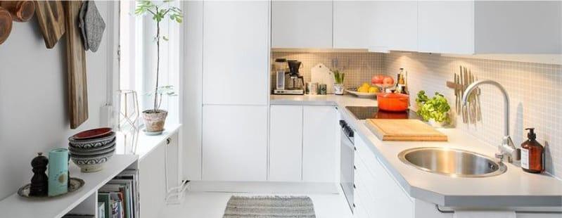 Kerek mosogató a konyha belsejében