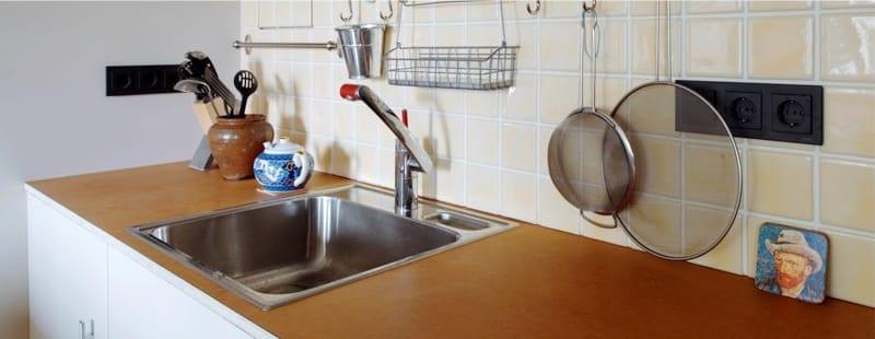Rozsdamentes acél négyzet mosogató a konyhában