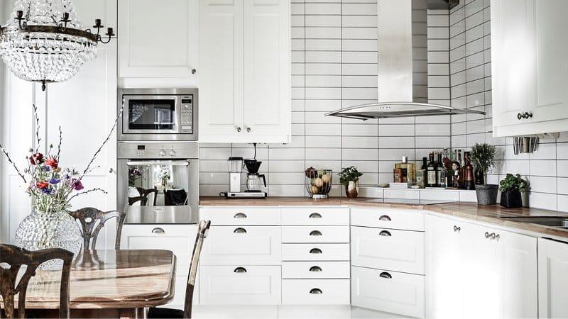 תנור עצמאי בפנים המטבח