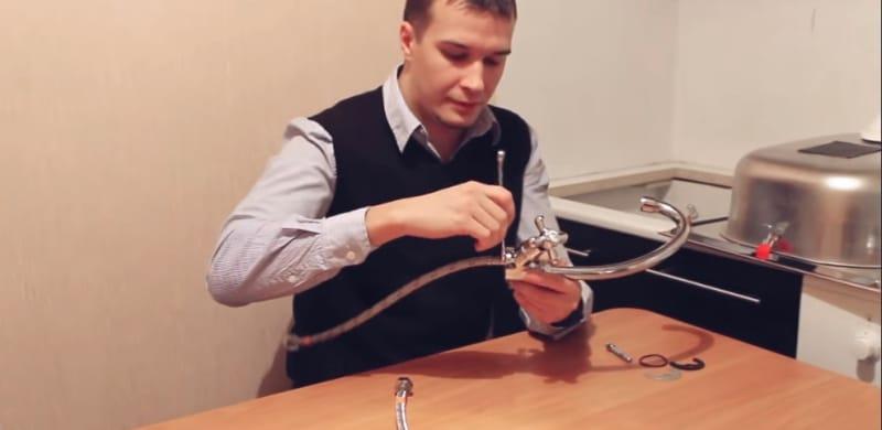 Comment installer un robinet de cuisine de vos propres mains - l'étape de la connexion des lignes d'alimentation