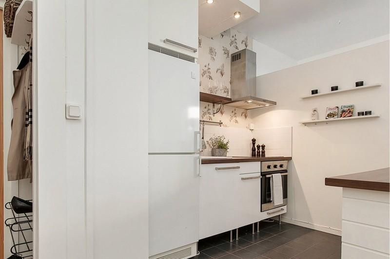 מטבח בדירת סטודיו עם מכשירים משולבים