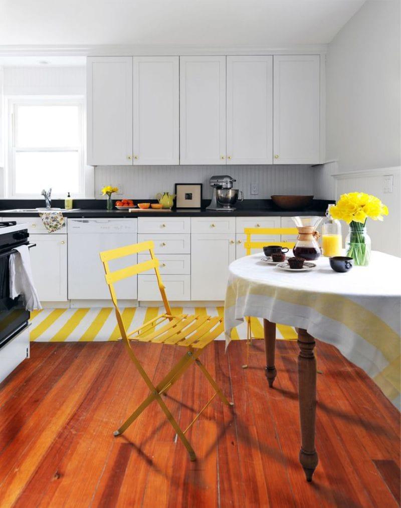 Hvitt kjøkken med gule aksenter