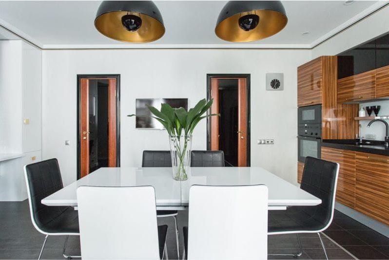 Musta keittiö ja seeprano sisätiloissa