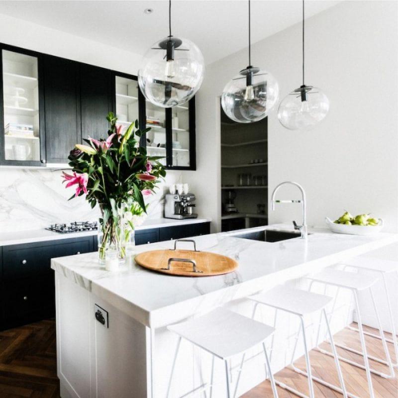 Mustavalkoinen keittiö nykyaikaiseen tyyliin