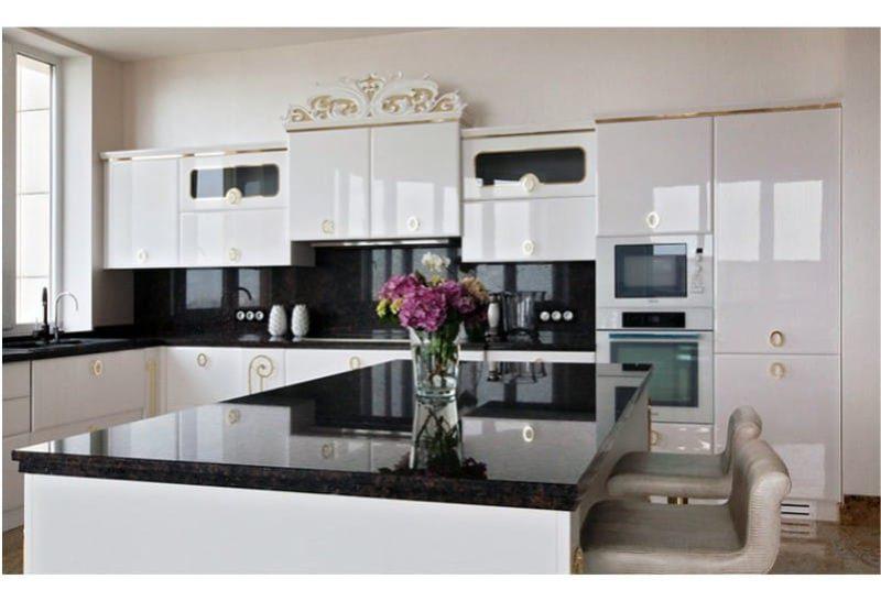 Musta esiliina keittiön sisätiloissa