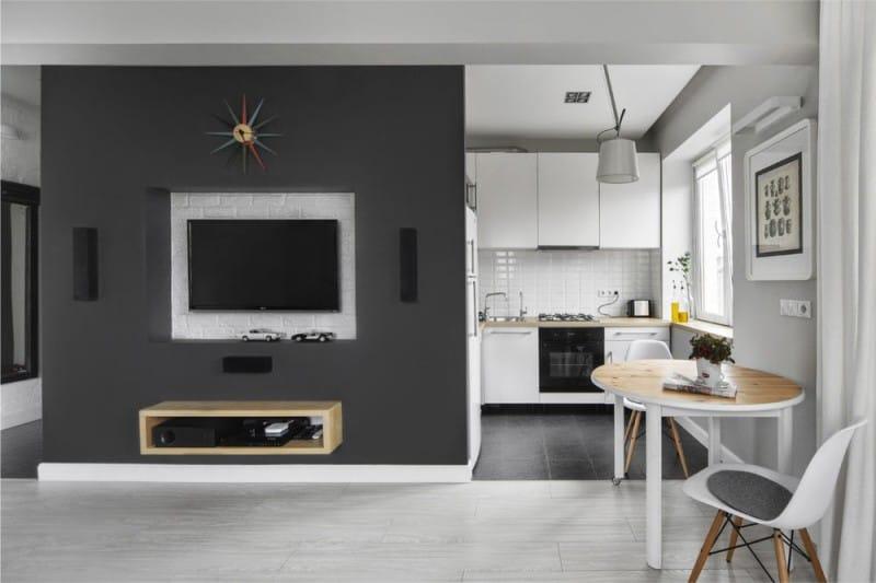 Musta lattia keittiössä Hruštšovissa
