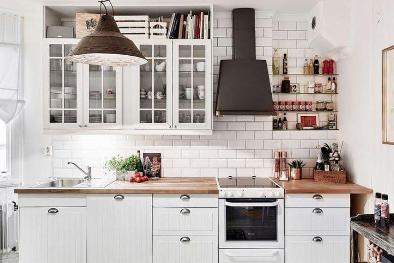 Porco avental na cozinha de estilo escandinavo