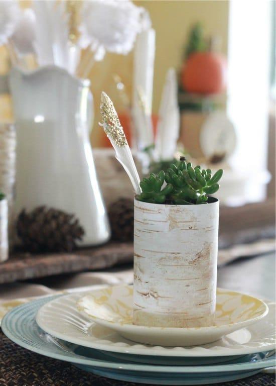 A bádogdobozokból készült edények nyírfakérettel díszítettek