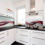 Primjer plastične pregače u unutrašnjosti kuhinje