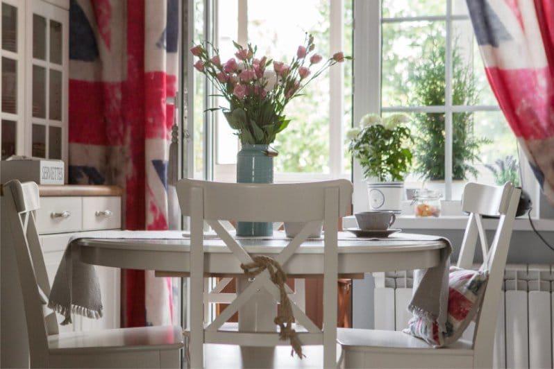 קירות אפורים בפנים המטבח בסגנון אנגלי