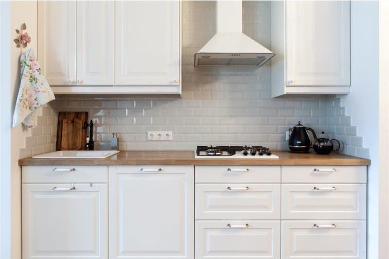 סינר אפור בפנים המטבח הלבן