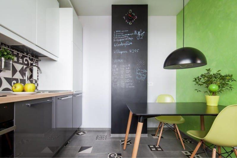 רצפת אריחים אפורה בפנים המטבח