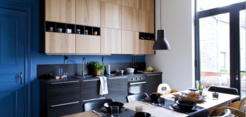 Sininen ja musta väri keittiön sisätiloissa