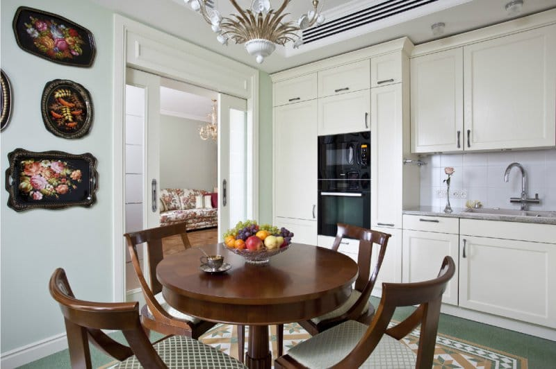 Zöld belső falak klasszikus stílusban.