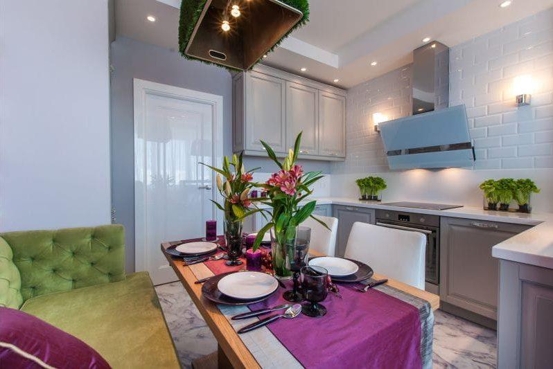 Zöld és fukszia a konyha belsejében