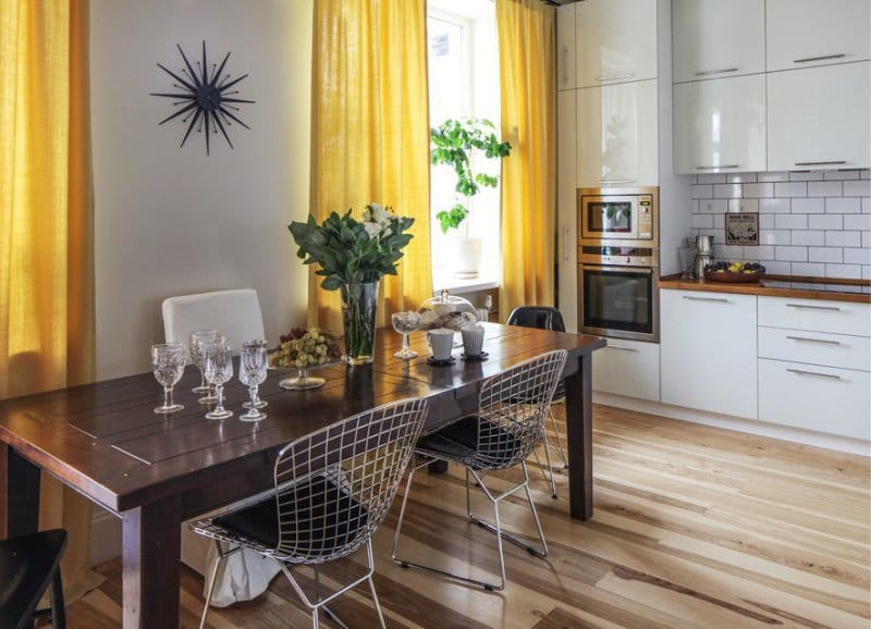 Gule gardiner i kjøkkenets indre