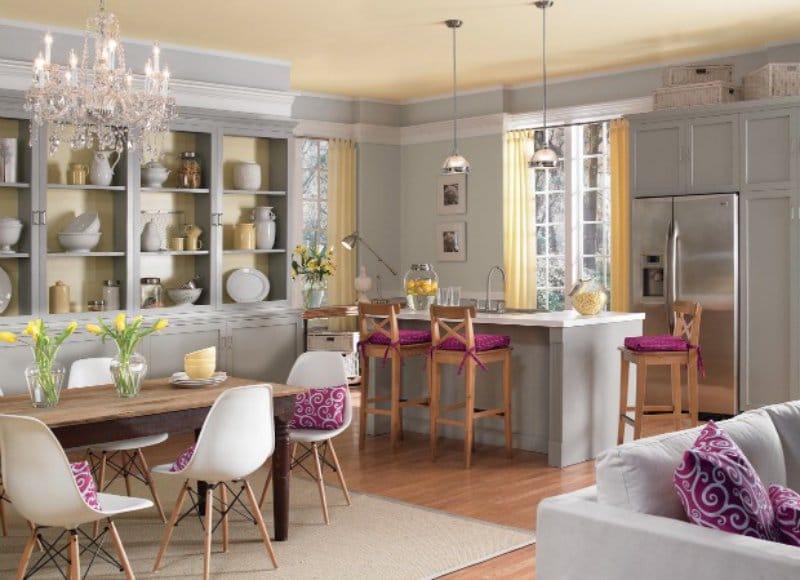 Gul og lilla i kjøkkenets indre