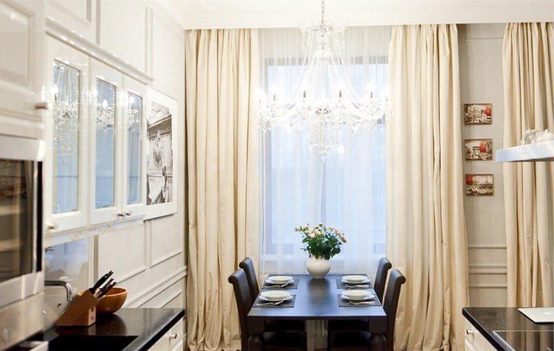 A konyha belsejében klasszikus stílusú fehér és bézs