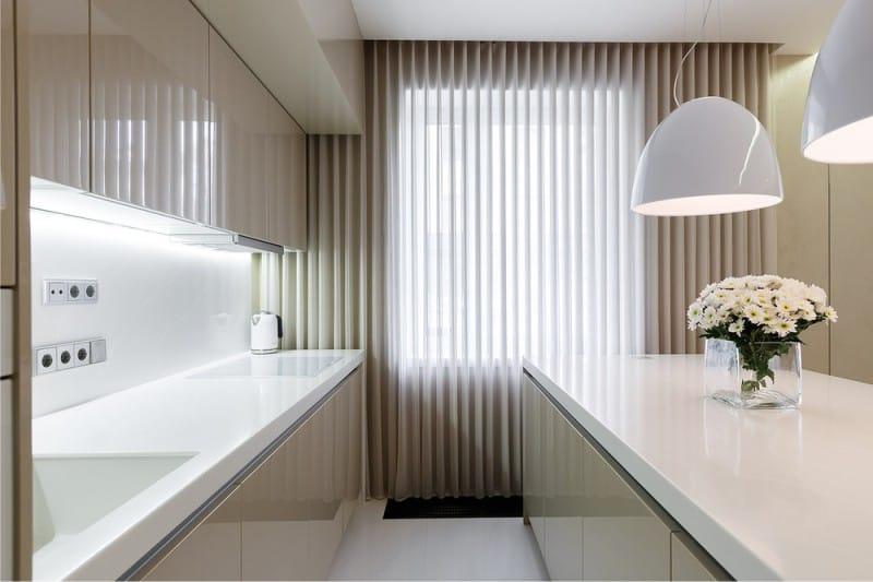 Fehér és bézs a konyha belsejében modern stílusban.