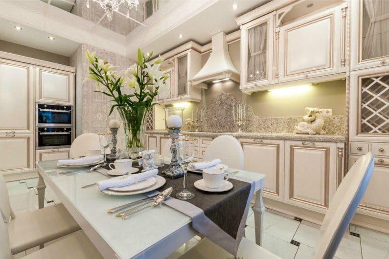 klasszicista stílusú konyha patinás homlokzatokkal