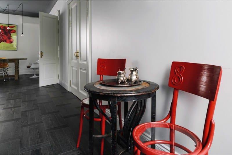 Fekete konyha piros díszítéssel