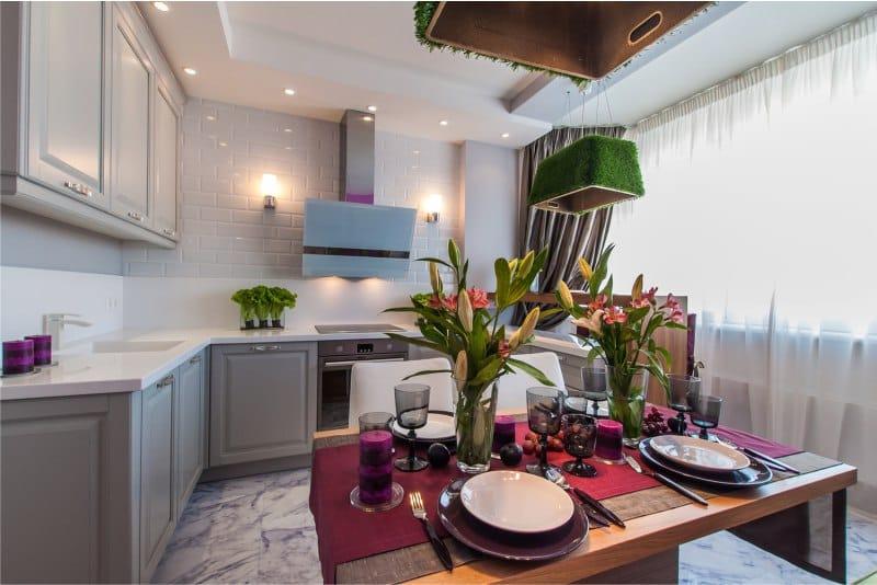 Belső bézs konyha zöld és rózsaszín díszítéssel