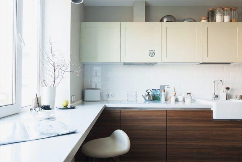 Barna és bézs színű a konyha belsejében