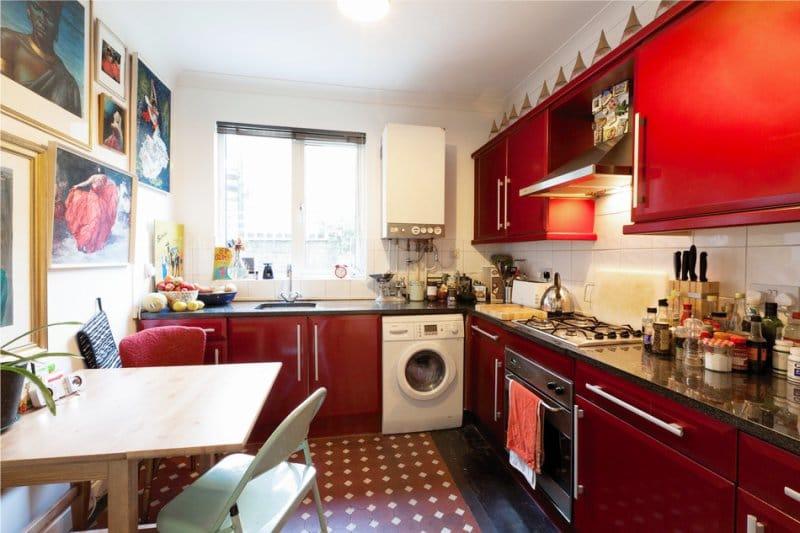 Piros konyha a belső térben