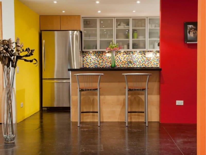 Piros és sárga falak a konyhában