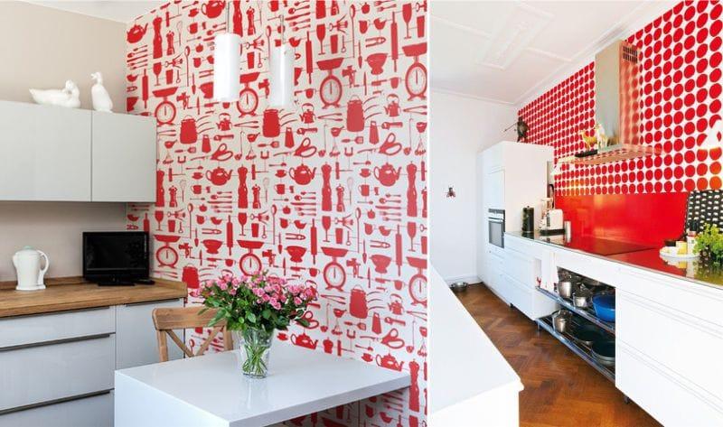 Piros tapéta a konyha belsejében