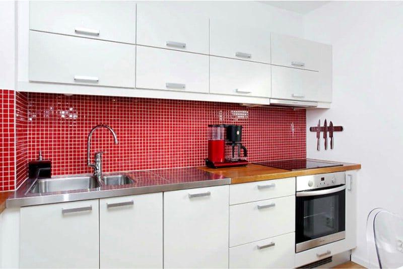Piros kötény és fehér konyha