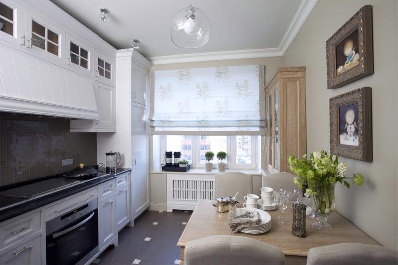 Kis fehér és bézs konyha klasszikus stílusban