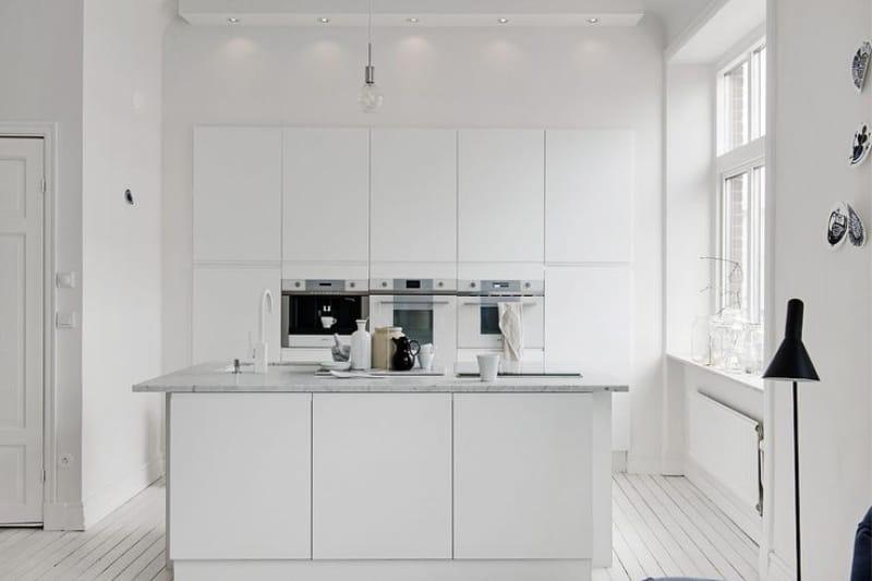 Sziget konyha oszlopszekrényekkel
