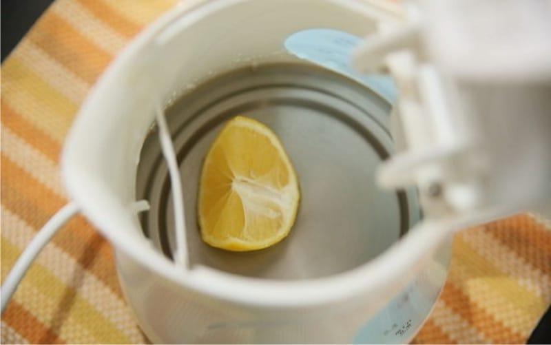 שפיכת קומקום עם לימון