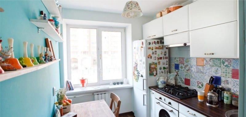 Kék színű akcentus a konyha belsejében