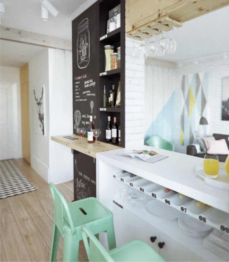 בר דלפק בגומחה של מחיצה במטבח בסגנון של בית קפה