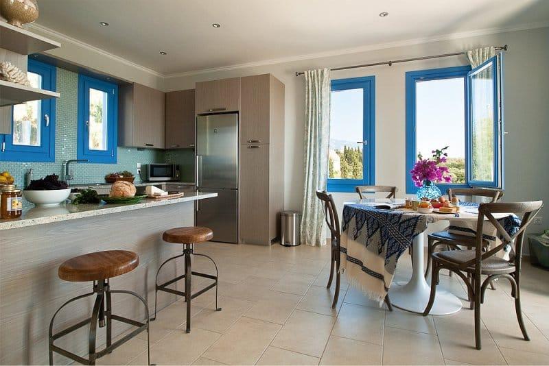 Mediterrán stílusú bézs konyha kék díszítéssel