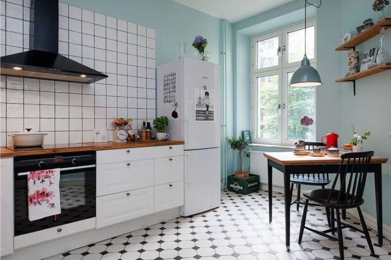Fekete és kék szín a konyha belsejében