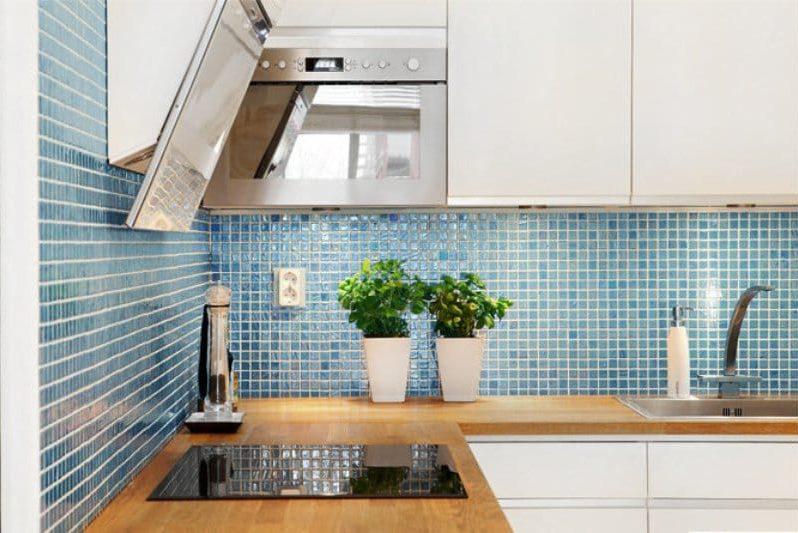 Kék színű kötény a konyha belsejében
