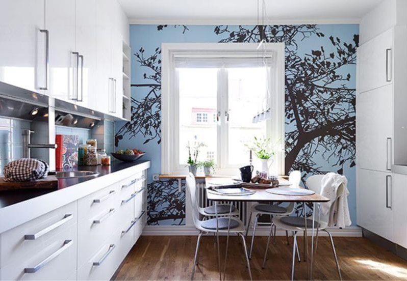 Kék háttérkép a konyha belsejében